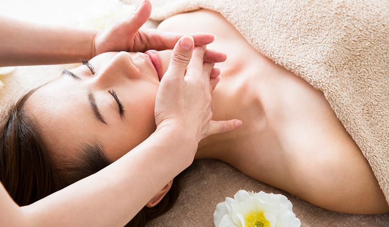 美肌の研究に情熱を注いでいることを訴求するとともに、お肌のさまざまなお悩みにアプローチするプランを掲載。